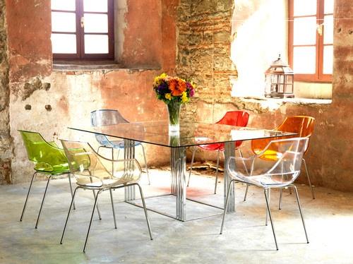Kolorowe krzesła wykonane z przezroczystego materiału (źródło: pinterest.com)