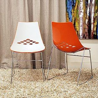 Krzesła w minimalistycznym wydaniu i ciekawej kolorystyce (źródło: pinterest.com)