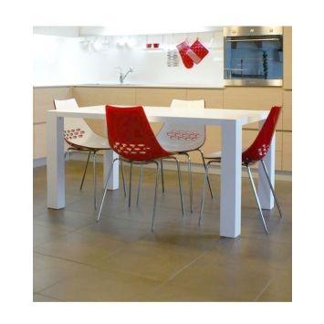 Biało-czerwone krzesła z ażurowym wycięciem (źródło: pinterest.com)