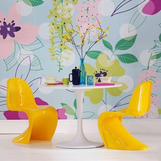 Żółte, plastikowe krzesła o nietypowym kształcie (źródło: pinterest.com)