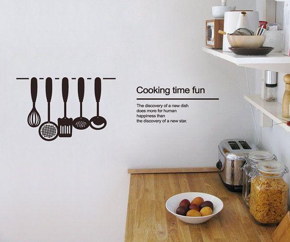 Naklejki ścienne w postaci eleganckiego motta i przyborów kuchennych (źródło: pinterest.com)