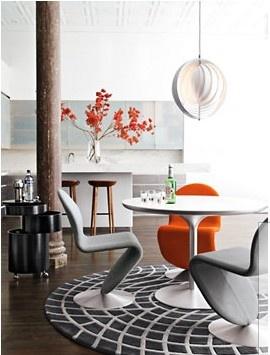 Białe krzesła na metalowej podstawie (źródło: pinterest.com)