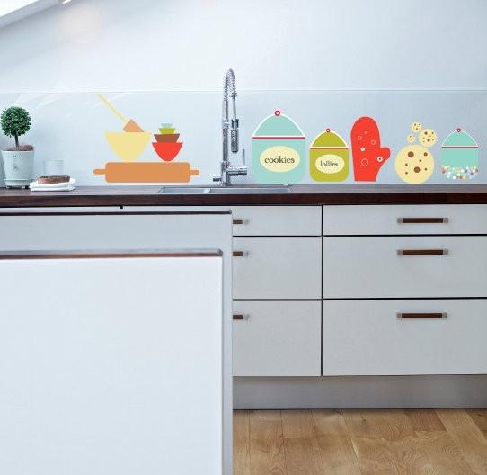 Naklejki ścienne w postaci kolorowych naczyń kuchennych (źrodło: pinterest.com)