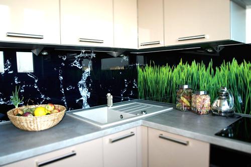 ściana w kuchni nad blatem udekorowana płytkami  dekor z wodą i trawą