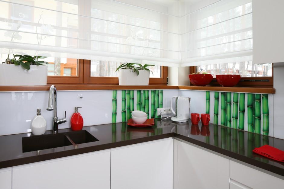 ściana w kuchni pokryta dekoracyjną tapetą z bambusy