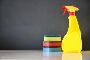 żółta butelka z atomizerem w towarzystwie trzech kolorowych gąbeczek do czyszczenia