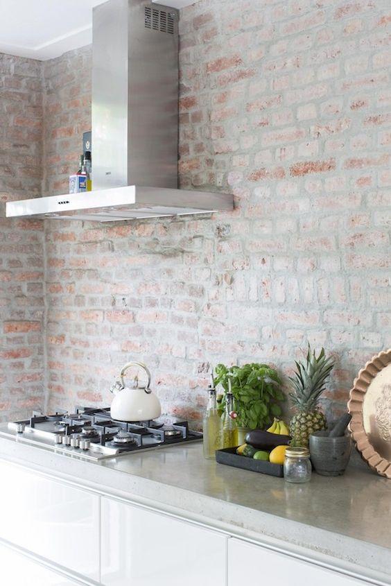 kuchenna ściana pokryta cegłą