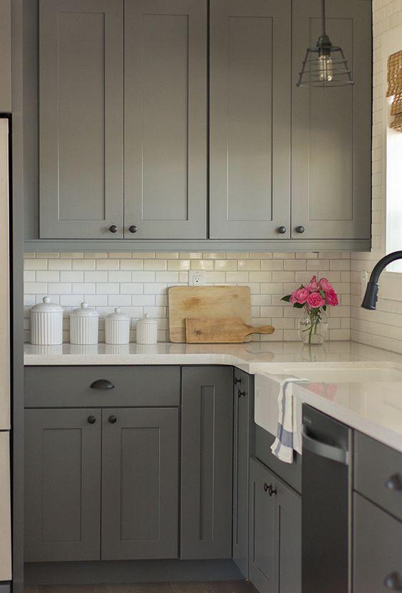 odnowiona kuchnia małym kosztem bez gruntownego remontu, odmalowane szafki nowe blaty i pomalowane płytki ścienne