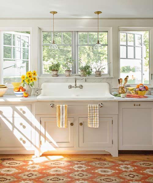 jasna kuchnia w jasnych kolorach z dużą ilością okien